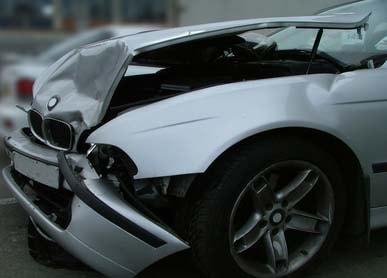 Uszkodzony samochód powypadkowy
